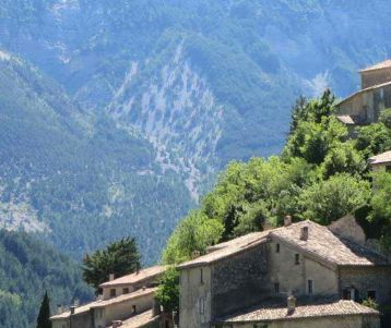 perched-village-wild-countryside-mont-ventoux-slope-provence