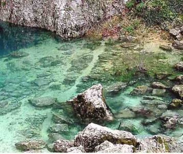 day-biking-provence-clear-crystal-water-fontaine-vaucluse-heart-of-provence