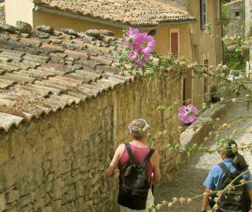 walking-in-perched-village-in-quaint-village-of-the-luberon-in-provence