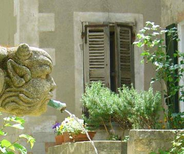 bicyle-tour-luberon-whole-tour-cycling-in-provence-fountain-in-the-village-sip-a-cafe-on-a-terrace