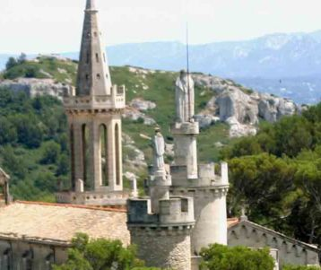 guided-day-ride-cycling-trip-saint-remy-provence-seldom-used-road-perched-village-provence
