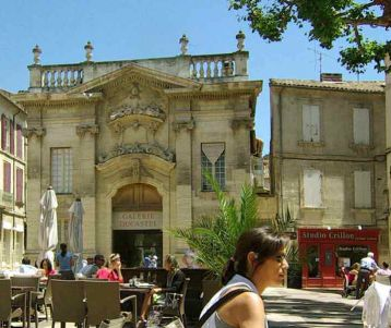 biking-holidays-avignon-beautiful-medieval-town-cafe-square-to-sip-a-drink-in-provence