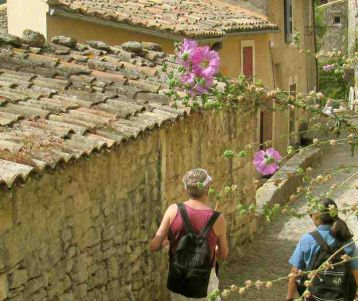 walking-trip-provence-in-the-famous-ventoux-and-luberon-region-of-the-beaten-track-hidden-luberon-roman-ruins-walking-in-perched-village-provence