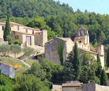 walk-tour-in-the-cotes-du-rhone-wines-typical-village-gigondasof-provence-walking-crest-dentelles-montmirail-provence