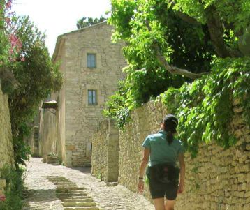 walking-perched-village-van-gogh-provence