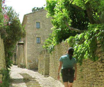 walking-perched-village-van-gogh-provence