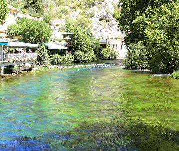 walking-famous-fontaine-de-vaucluse-provence