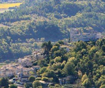 walking-from-gordes-to-lacoste-bonnieux-castle-luberon-provence