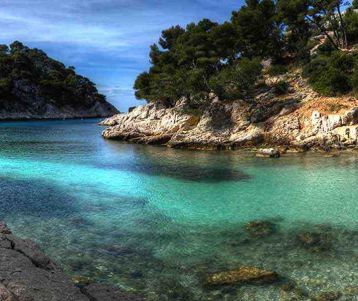 provence-walking-adventure-in-famous-calanques-of-typical-seafish-port-of-cassis-in-a-private-boat-swimming-every-day-in-the-med-sea-in-the-heart-of-provence