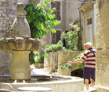 walking-perched-village-provence-with-fountain