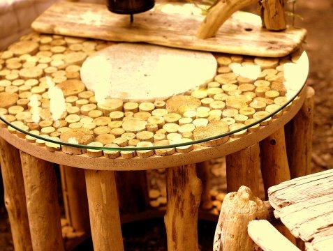 table basse en bois flott au clair de lune luminaires bucoliques et mobilier design naturel. Black Bedroom Furniture Sets. Home Design Ideas