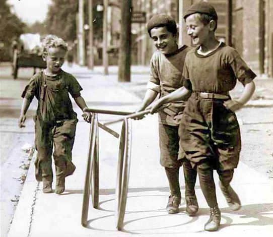 Des enfants jouent au jeu de cerceau