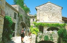 walk in small villages gordes lacoste goult bonnieux provence